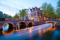 Het Kanaal van Amsterdam en Lichte Slepen van een Schip Royalty-vrije Stock Afbeelding
