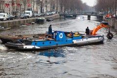 Het kanaal van Amsterdam het uitbaggeren Stock Foto