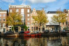 Het kanaal van Amsterdam met typisch Nederlands huis stock afbeelding