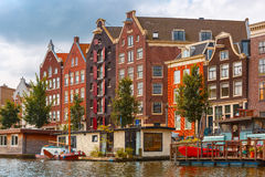 Het kanaal van Amsterdam met woonboten, Nederland stock afbeelding
