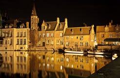 Het kanaal van Brugge bij nacht, België Stock Afbeeldingen
