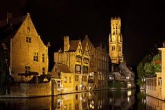 Het kanaal van Brugge bij nacht, België Stock Fotografie