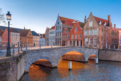 Het kanaal van Brugge en brug in de ochtend, België royalty-vrije stock fotografie