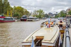 Het kanaal van Buenos aires, boten Stock Afbeeldingen