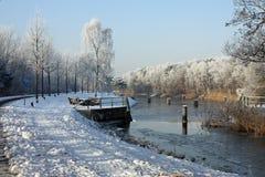 Het kanaal van de drainage in wintertijd Stock Foto