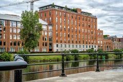 Het Kanaal van flatgebouw met koopflatslachine Stock Foto's