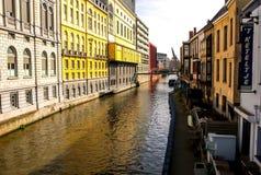 Het Kanaal van Gent met kleurrijke gebouwen stock afbeeldingen