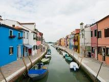 Het kanaal van het Buranoeiland met kleurrijke huizen, Venetië Stock Afbeeldingen