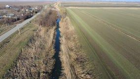 Het kanaal van het lagere niveau van het irrigatiesysteem van gebieden Infrastructuur voor de cultuur van rijst stock video