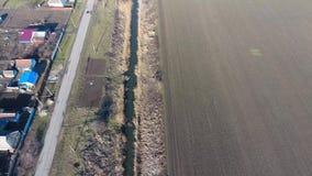 Het kanaal van het lagere niveau van het irrigatiesysteem van gebieden Infrastructuur voor de cultuur van rijst stock videobeelden