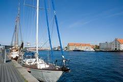 Het kanaal van Kopenhagen met jachthaven Stock Foto's