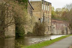 Het Kanaal van Leeds en van Liverpool windt zijn manier door het oude deel van stad stock afbeelding