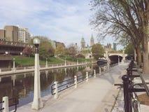 Het Kanaal van Rideau van Ottawa en het Parlement van Canada op een de lenteochtend stock afbeelding