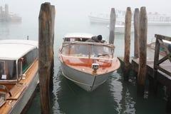 Het kanaal van Venetië in mist Stock Foto