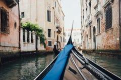 Het kanaal van Venetië wiew van gondel Stock Foto's