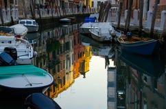 Het kanaal in Venetië Hemelbezinning in water stock foto's