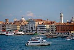 Het Kanaalcityscape van Venetië toren en kanaalschepen stock fotografie