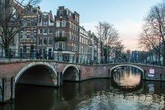 Het Kanaalhuizen van Amsterdam stock foto's