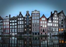 Het kanaalhuizen van Amsterdam bij schemer Stock Afbeeldingen