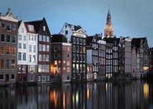 Het kanaalhuizen van Amsterdam bij schemer Stock Afbeelding