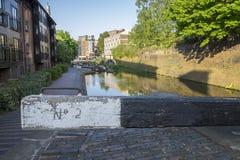 Het kanaalslot van het stadscentrum in Birmingham het UK, met woonvlakten naast het kanaal op de achtergrond stock afbeeldingen
