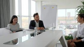 Het kandidaat en interviewer bespreken besluit van contract, Rekrutering op het Bureauwerk, werkgever met secretaresse stock video