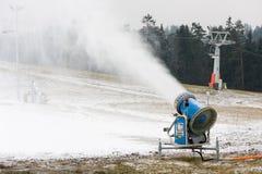 Het kanon dat van de sneeuw een helling voorbereidt stock foto