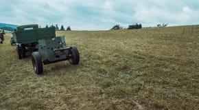 Het kanon en de vrachtwagen Historische wederopbouw tweede wereld wa Stock Afbeelding