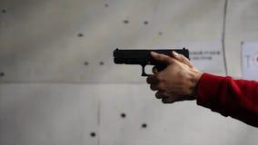 Het kanon is geschoten close-up Pistool in hand close-up Pistool die geschotene keer 1 zijn De mens schiet een zwart kanon royalty-vrije stock fotografie