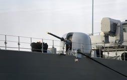 Het kanon van het schip en moderne, militaire schipradar. Stock Afbeeldingen
