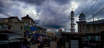 Het kapitaal van Padanglawas en zwarte wolken stock foto