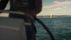 Het kapiteins` s wiel op het jacht en het varende jacht van de schipluxe stock footage