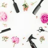 Het kapper styler kader met nevel, schaar, kammen en pioenen bloeit op witte achtergrond royalty-vrije stock foto's