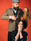 Het kapperwerk aangaande vrouwelijk kapsel Schitterend Haar Vrouw met lang haar op houten achtergrond Model met Krullend Kapsel stock foto