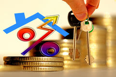 Het karakter van het bezit en de sleutels op de achtergrond van barsmuntstukken Stock Afbeelding