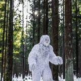 Het karakter van het yetisprookje in foto van de de winter de bos Openluchtfantasie Royalty-vrije Stock Fotografie