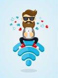 Het karakterzitting van de jonge mensenkerel op WiFi-embleem en het gebruiken van smartphone voor Internet vrij Internet, hotspot Royalty-vrije Stock Foto's