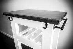 Het karretje van het keukeneiland met wijnrek Stock Fotografie