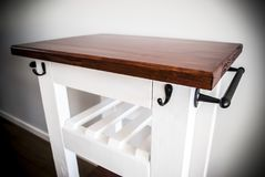 Het karretje van het keukeneiland met wijnrek Stock Foto