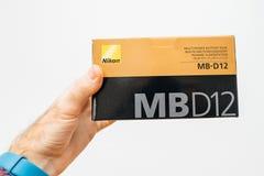 Het karton van de mensenholding met de toebehoren van Nikon DSLR stock afbeelding