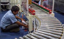 Het karton verpakkende machine van de arbeidersreparatie royalty-vrije stock foto