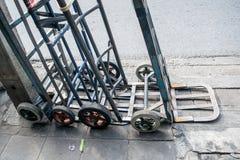 Het kartondozen van de handvrachtwagen Stock Afbeeldingen