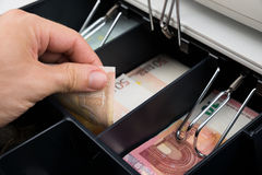 Het Kasregister van Person Hands With Banknote In Stock Foto