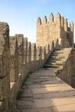 Het kasteel crenellated muren Guimaraes portugal Stock Afbeelding