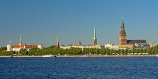 Het kasteel, de kathedraal en St Petrus de kerkmening van Riga van over de rivier letland Royalty-vrije Stock Afbeelding