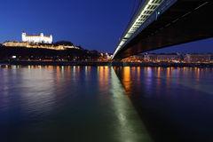 Het kasteel en de brug van Bratislava Stock Foto's
