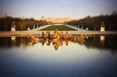 Het kasteel en de fontein van Versailles in Frankrijk Stock Foto