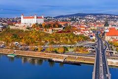 Het kasteel en de oude stad van Bratislava, Slowakije Stock Foto