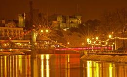Het Kasteel en de Rivier Ness van Inverness bij nacht. Royalty-vrije Stock Afbeeldingen