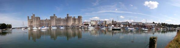 Het Kasteel en de stad van Caernarfon Stock Afbeeldingen